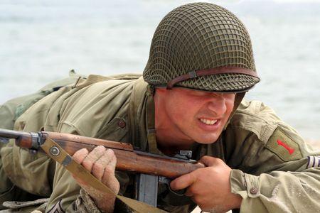 seconda guerra mondiale: Strisciante soldato americano in una mostra dal militare seconda guerra mondiale Archivio Fotografico