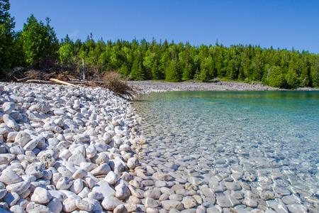 Kristalwater en witte steenachtige kustlijn bij Bruce Peninsula National Park Ontario Canada