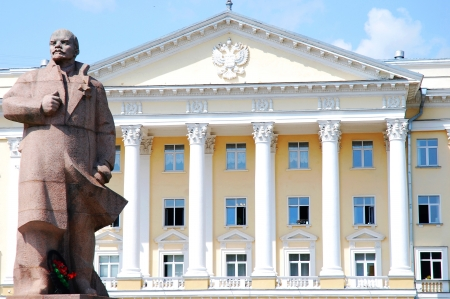dictatorship: Lenin statue and public office in Smolensk, Russia Stock Photo