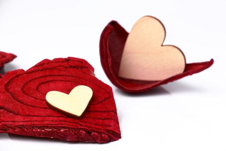 caoba: corazón de madera simbólica en una textura de fondo de caoba. Foto de archivo