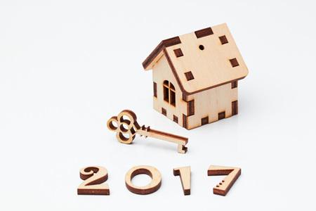 Clé de la maison en bois et un ange, 2017 Banque d'images