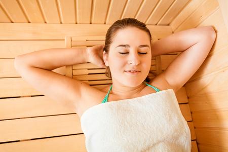 sauna nackt: Nahaufnahme Portr�t der sch�nen Frau in der Sauna entspannen