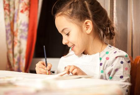 diligente: Retrato de ni�a diligente haciendo dibujos con pincel