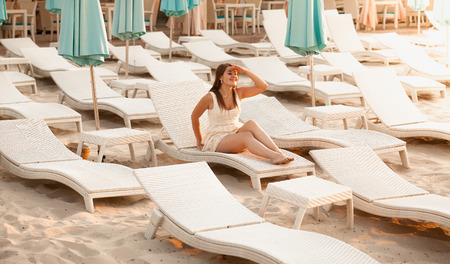 donna ricca: Photo of rich woman relaxing on beach at hotel