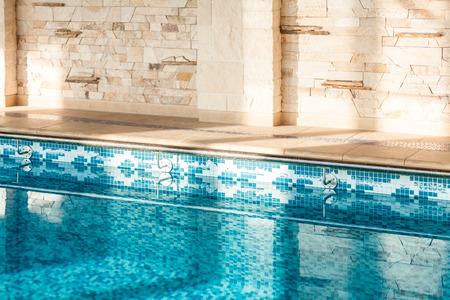 Horizontaal schot van binnen zwembad