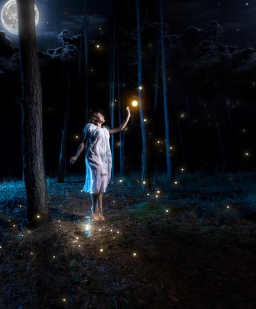 Verloren jonge vrouw bij nacht bos met volle maan hoog springen om vuurvlieg bereiken