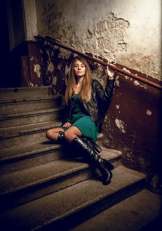 sexy girl sitting: Bella ragazza sexy che si siede sulle scale al vecchio edificio grungy