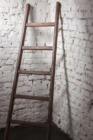 Studio der alten hölzernen Leiter lehnt gegen die Mauer