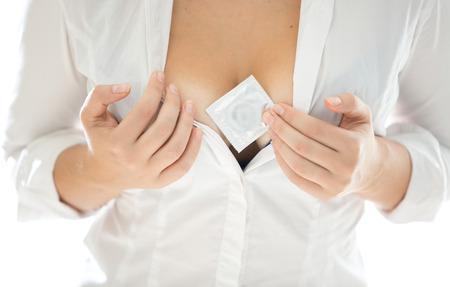 tetas: Foto del primer de la mujer en la camisa blanca que muestra cond�n entre pecho grande