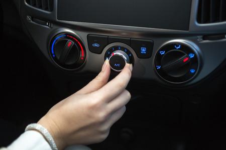 klima: Woman Einschalten Auto-Klimaanlage Lizenzfreie Bilder