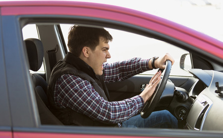 chofer: Retrato de detalle de agresivo bocinazos conductor masculino en el atasco de tr�fico Foto de archivo