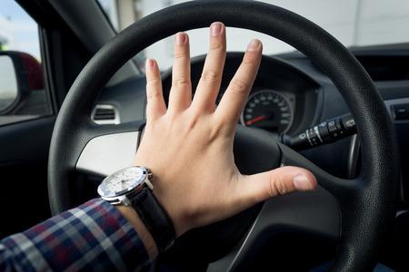 怒っているドライバーのトラフィックでクラクションのクローズ アップ写真