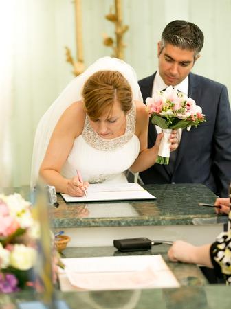 anagrafica: Ritratto di giovane del contratto di nozze sposa firma presso l'ufficio del Registro di sistema