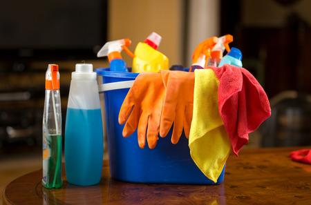 Foto del primo piano di prodotti chimici di pulizia, guanti e stracci che giace in secchio di plastica