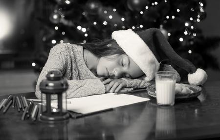 niños negros: Virada monocromo retrato de niña linda se quedó dormido mientras escribía carta a los Reyes