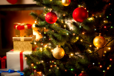 camino natale: Sfondo di Natale con abete illuminato e camino in casa