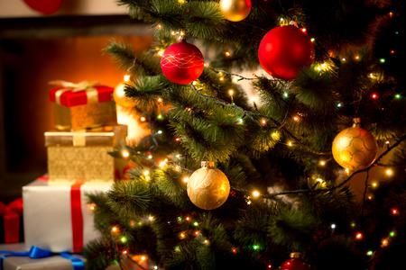 Vánoční pozadí s osvětleným jedle a krbem v domě Reklamní fotografie