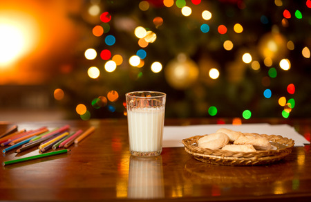 Glass of milk and cookies waiting for Santa Claus at Christmas eve Standard-Bild