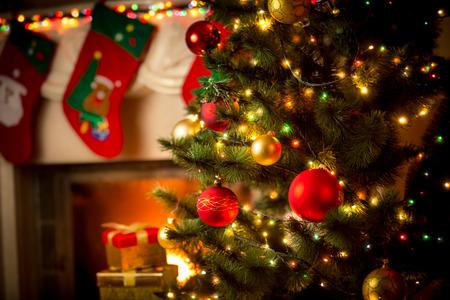 camino natale: Bella camino decorato e albero di Natale a casa