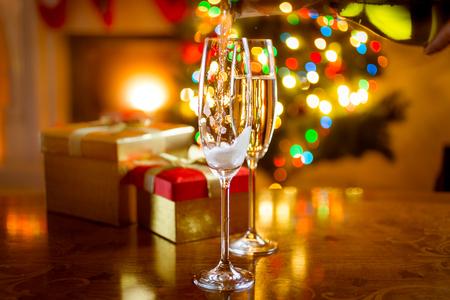 vino: mesa de comedor adornado hermoso para la Navidad con copas de champ�n Foto de archivo