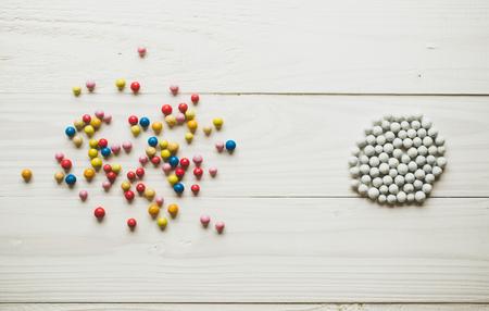 Chaotic kolorowe kulki i zorganizowane białe kule. Koncepcja ładu i chaosu Zdjęcie Seryjne