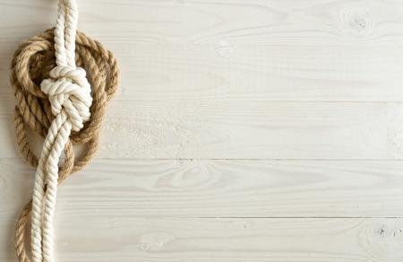白い木製の背景に船のロープのトーンのイメージ