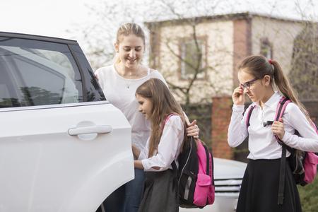 車の中に乗って学校へいくかわいい女子中学生