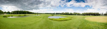 Beau panorama du terrain de golf au jour nuageux