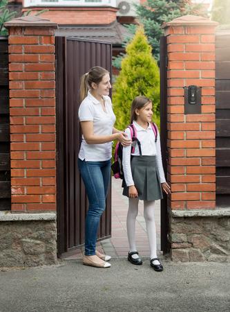 ni�os vistiendose: Linda ni�a de 10 a�os que va a la escuela de la casa Foto de archivo