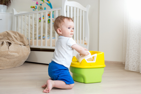 침실에서 방 냄비에 앉아하려고 아기 소년 스톡 콘텐츠