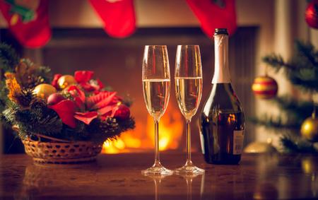 Close-upbeeld van twee glazen champagne op Kerstmislijst