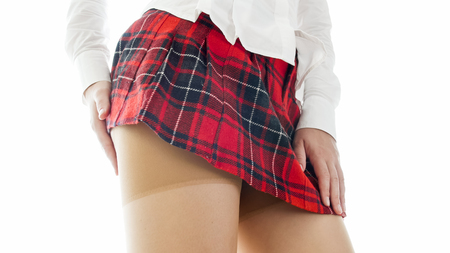 Nahaufnahmebild des Studentenmädchens mit den perfekten Beinen, die Nylongstrümpfe tragen