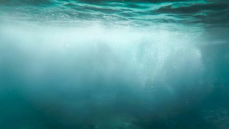 Abstraktes Foto von vielen Blasen, die in klarem türkisfarbenem Sesa-Wasser schwimmen