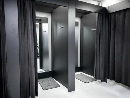 Photo d'un dressing ou d'une cabine d'essayage dans un centre commercial moderne