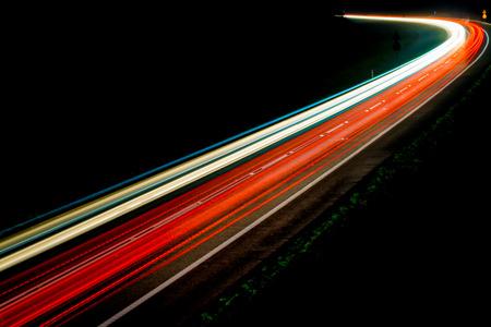 夜の車のライト