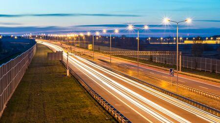 밤이 있는 자동차의 불빛