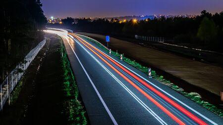 feux de voitures avec nuit
