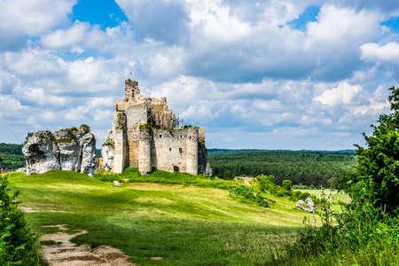ruins of the castle in Mirów Redactioneel