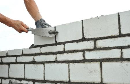 bricklayer: Construye muro  Foto de archivo