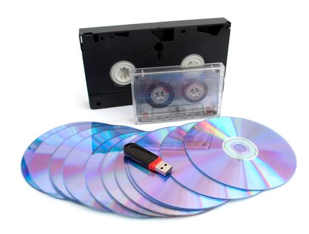 videocassette: USB, un disco, una cinta de v�deo y un audiocassette sobre un fondo blanco  Foto de archivo