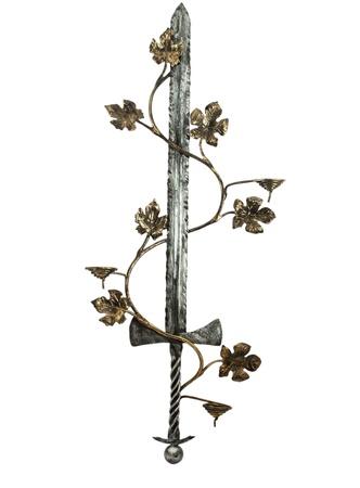 espadas medievales: espada de juguete con una enredadera sobre un fondo blanco