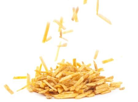papas fritas: Palitos fritos de papa sobre un fondo blanco