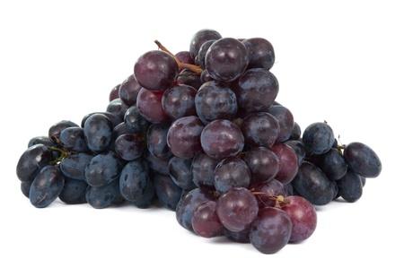 uvas: racimo de uvas sobre un fondo blanco
