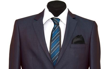 Jackett und Krawatte auf weißem Hintergrund