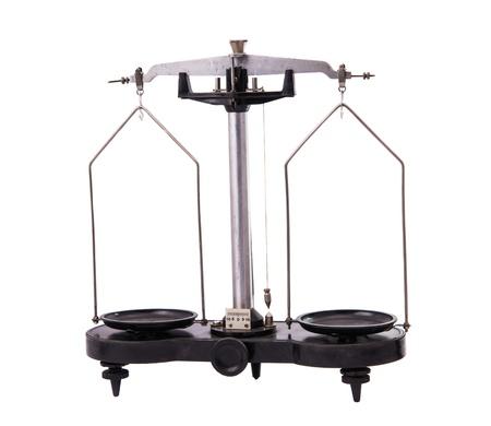 balanza de laboratorio: antiguas escalas de laboratorio sobre un fondo blanco