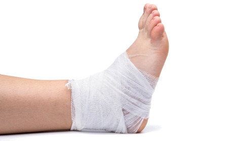 白で隔離の脚に包帯をします。