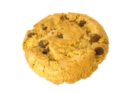 cikolatali: Chocolate chip cookies isolated on white .