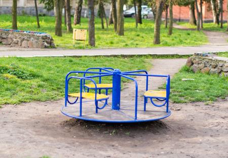 Klettergerüst Mit Seilen : Junge kind spielen auf einem seil klettergerüst in battersea park