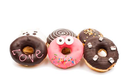 흰색 배경에 창의적인 도넛