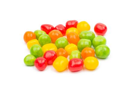 obesidad infantil: dulces de colores caramelos de goma sobre un fondo blanco